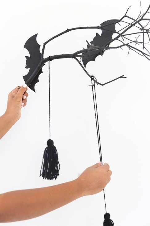 Halloween: appendere fili di cotone al ramo, da damasklove.com