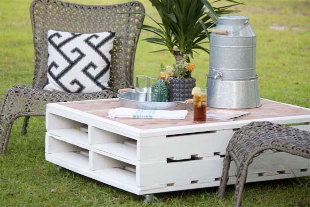 Tavolino giardino con vecchi bancali, da southernrevivals.com