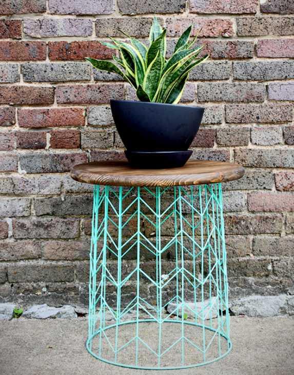 Tavolino da esterno con materiali di recupero, da theshabbycreekcottage.com