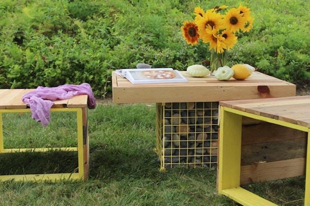Tavolino da esterno con assi in legno con sedie, da apieceofrainbow.com