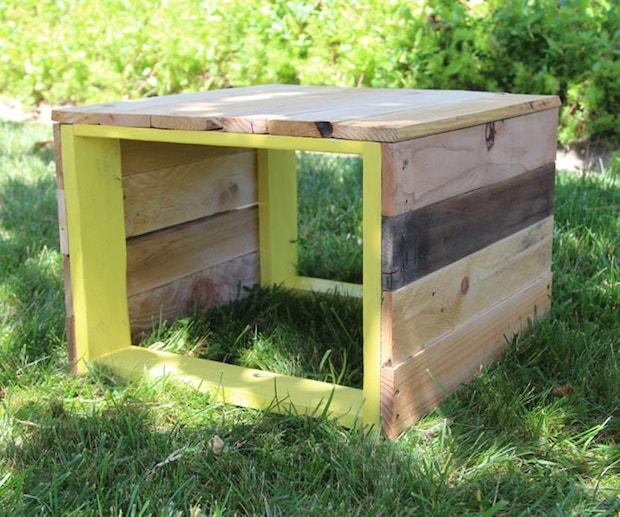 Tavolino da esterno con sgabello, da apieceofrainbow.com