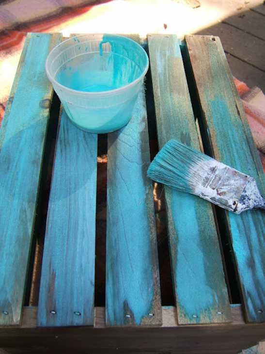 Cassetta della frutta per tavolino da esterno: verniciatura, da ninered.blogspot.com