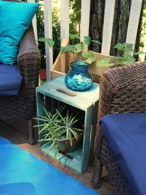 Tavolino da esterno con vecchie cassette della frutta, da ninered.blogspot.com