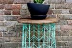 Tavolino da esterno con cestino metallico e ripiano in legno, da theshabbycreekcottage.com
