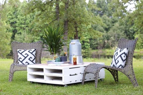 Tavolini giardino con pallet, da southernrevivals.com