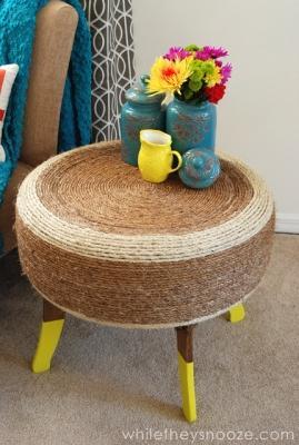 Tavolino da esterno con vecchio pneumatico, da whiletheysnooze.blogspot.com