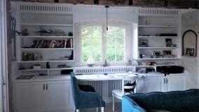 Soluzione progettuale per una libreria con copritermosifone integrato