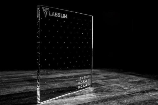 Vetro antiscivolo trasparente con texture puntinata e riga centrale di Laborvetro