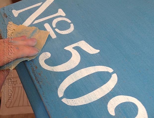Come decorare un mobile di recupero, effetto invecchiato, da craftsbyamanda.com