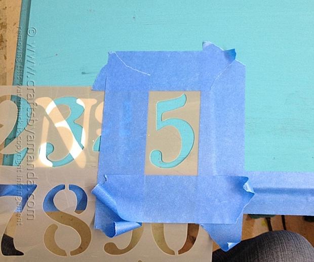 Decorare un mobile di recupero con gli stencil, da craftsbyamanda.com