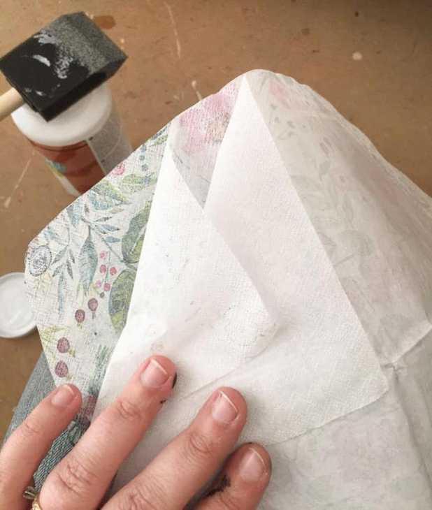 Decoupage mobili con tovaglioli di carta: tutorial, da semiglossdesign.com
