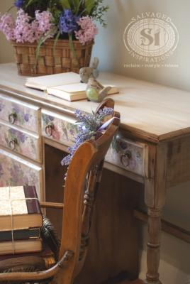 Decoupage mobili: scrivania vintage decorata, da salvagedinspirations.com