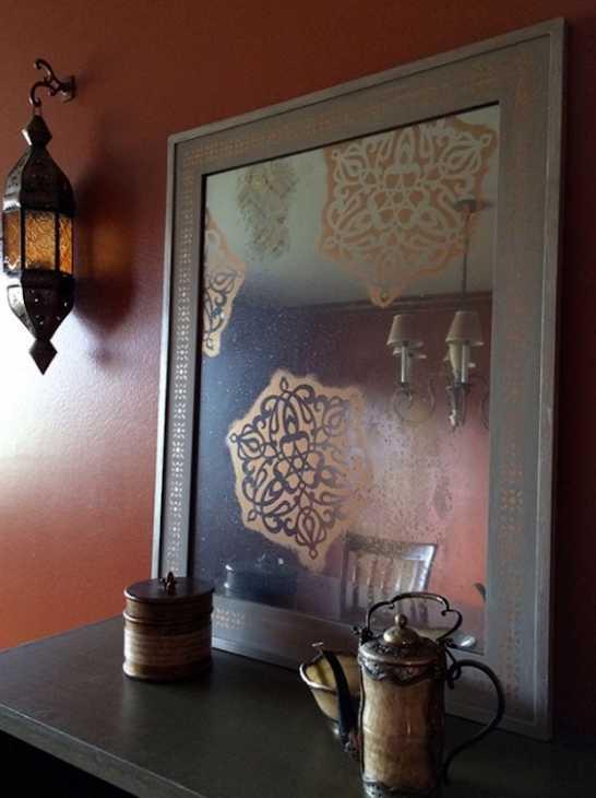 Stencil su specchio con decori orientali, da paintandpattern.com