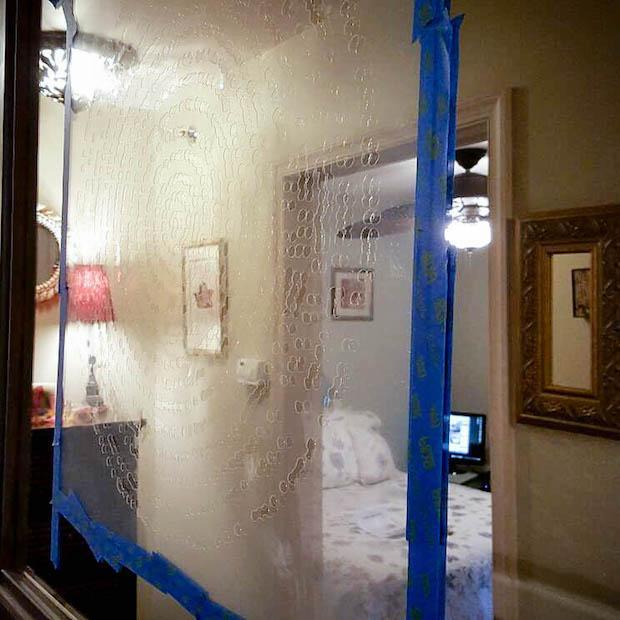 Stencil su specchio vecchio danneggiato: tutorial, da hometalk.com