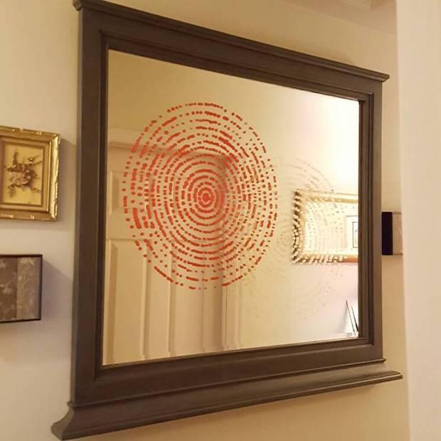 Stencil su specchio vecchio danneggiato: risultato, da hometalk.com