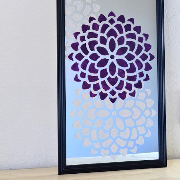 Stencil per abbellire uno specchio anonimo: risultato, da dreamalittlebigger.com