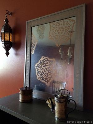 Stencil su specchio con decorazioni orientali, da paintandpattern.com