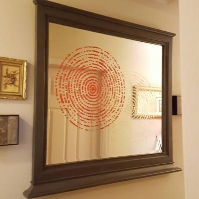La tecnica stencil può essere utilizzata per coprire graffi e danni di uno specchio, da hometalk