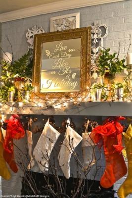 Stencil su specchio come decorazione natalizia, da paintandpattern.com