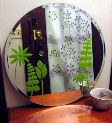 Stencil su specchio del bagno, da designsponge.com