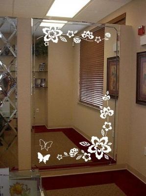 Decori floreali con stencil su specchio, da innovativestencils.com
