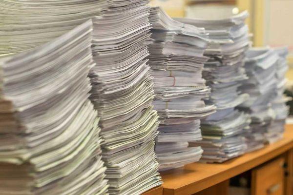 Pile di fatture cartacee
