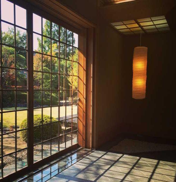 Le pareti finestrate regolano l'ingresso dell'energia