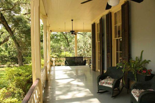 L'ingresso protetto da un portico dà un senso di accoglienza e sicurezza