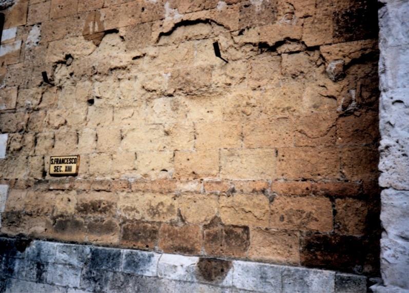 Muro in tufo mangiato da sub-efflorescenze invisibili da risalita