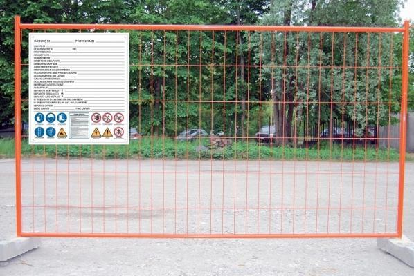 Cartello di cantiere su recinzione