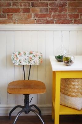 Rivestire lo schienale di una sedia vintage con carta floreale, da thesweetescape.ca