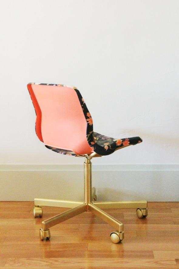 Sedia in plastica da ufficio rivestita con la stoffa, da littlegreennotebook.com