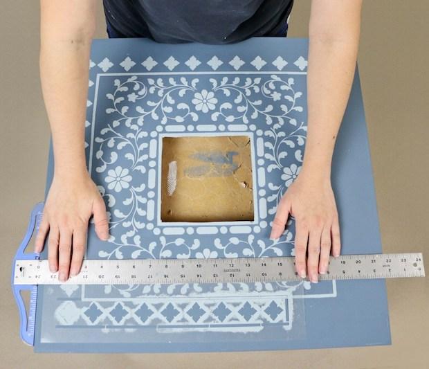 Personalizzazione mobili Ikea con stencil: tavolino Lack, da ikeahackers.net