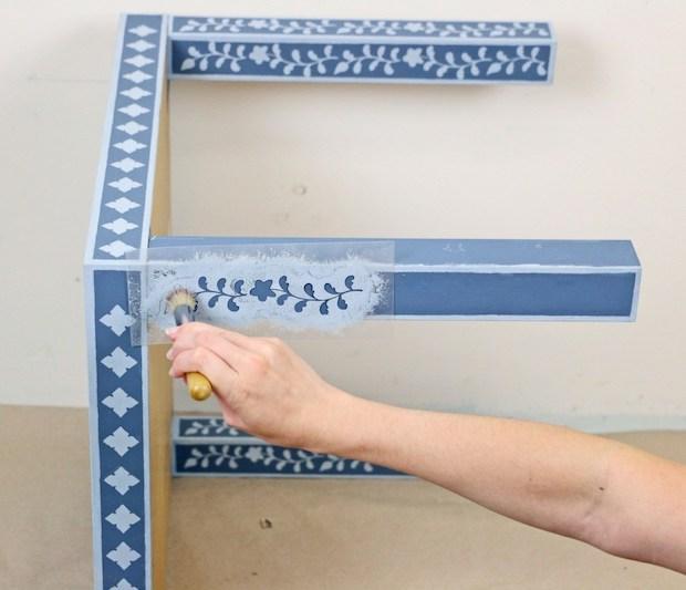 Trasformare un tavolino Ikea con gli stencil: gambe tavolino Lack, da ikeahackers.net