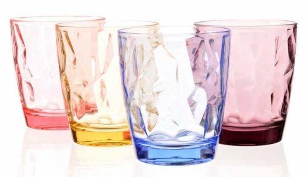 Bicchieri colorati da acqua in plastica su Amazon