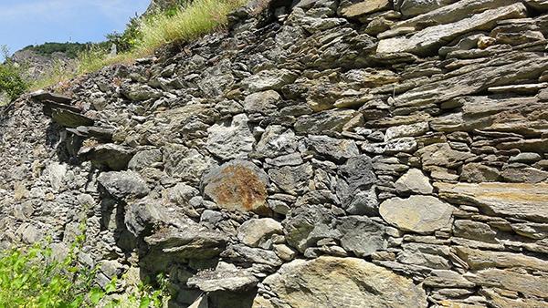 Rozza scaletta di accesso al livello posteriore in un muro a secco ad Arvier in Valle d'Aosta