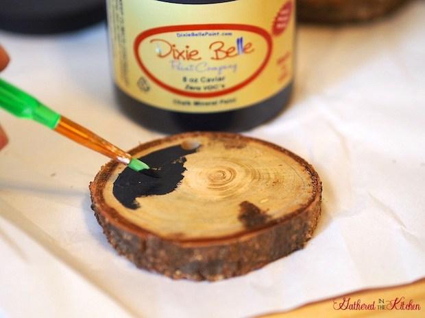 Addobbi natalizi fai da te con fette di tronco d'albero, da gatheredinthekitchen.com