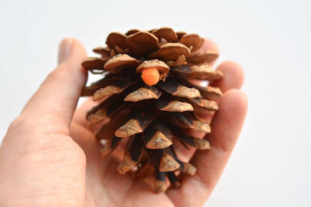 Decorazioni natalizie fai da te con le pigne, da onelittleproject.com