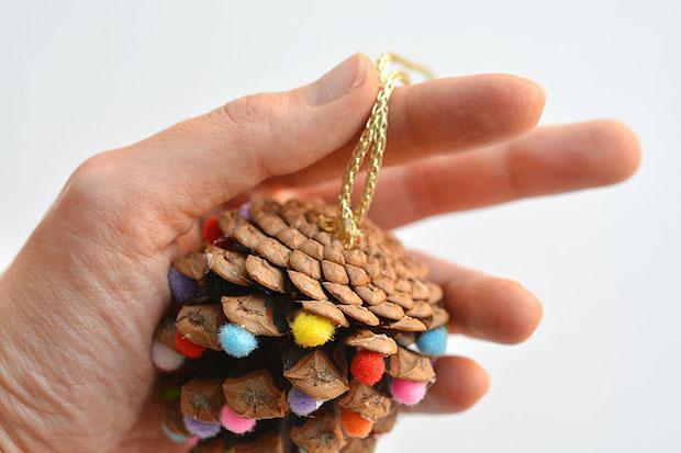 Decorazioni natalizie fai da te con le pigne: tutorial, da onelittleproject.com