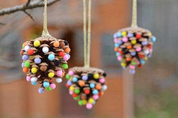 Pigne e pon-pon per decorazioni natalizie fai da te, da onelittleproject.com
