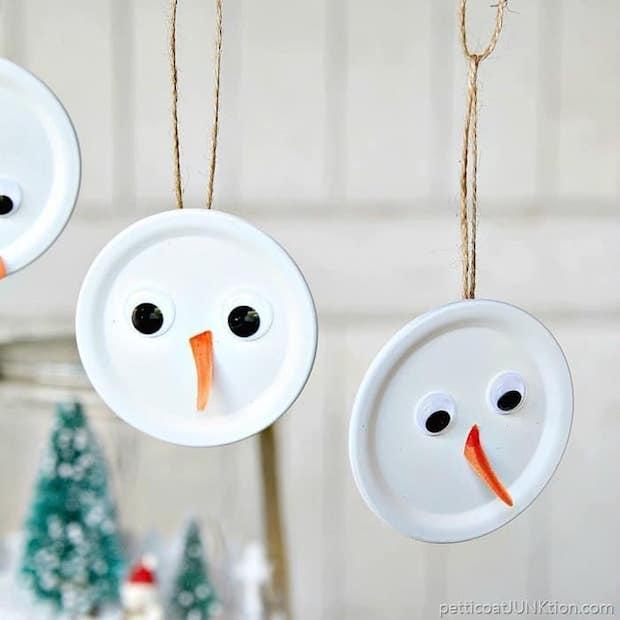 Decorazioni natalizie fai da te: pupazzi di neve da appendere all'albero, da petticoatjunktion.com