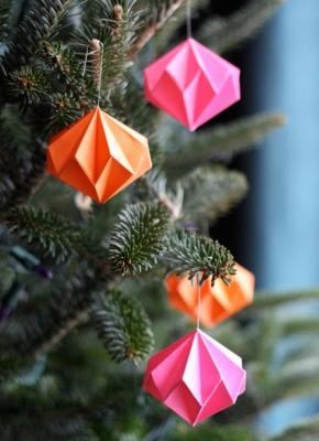 Addobbi natalizi con gli origami, da howaboutorange.blogspot.com