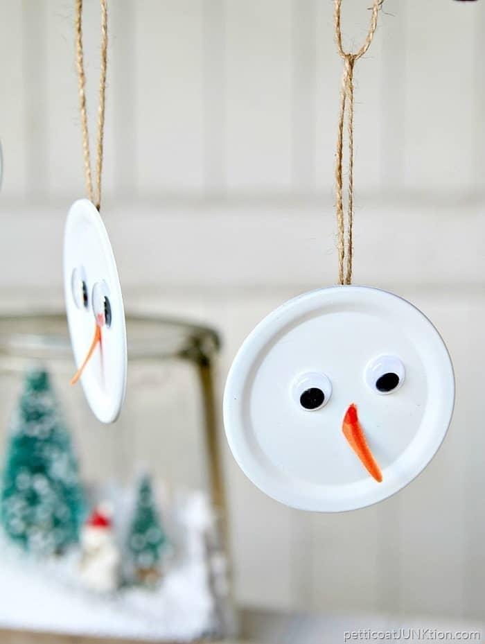 Decorazioni fai da te: pupazzi di neve da appendere all'albero, da petticoatjunktion.com