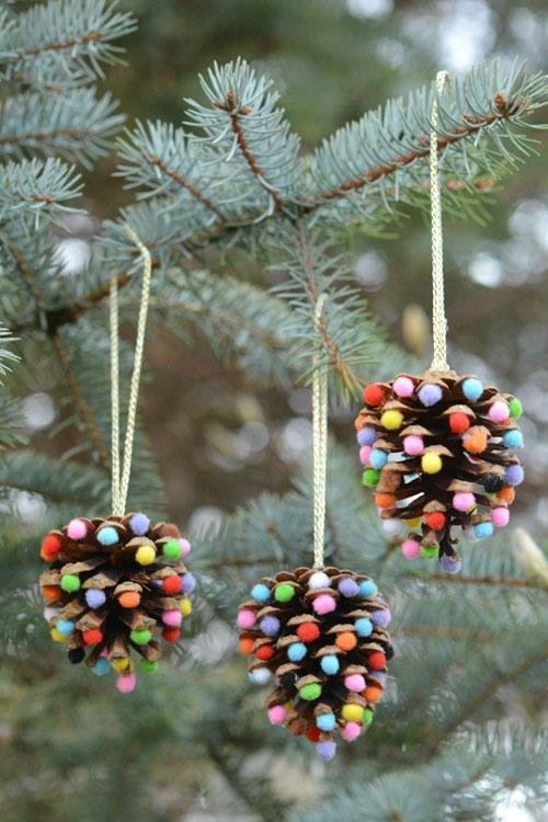 Idee natalizie da creare con le pigne, da onelittleproject.com