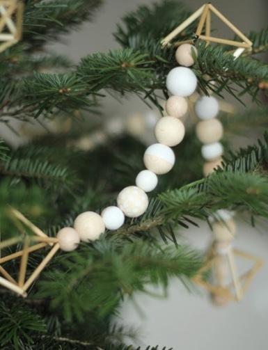 Ghirlanda natalizia in legno fai da te, da pinjacolada.com