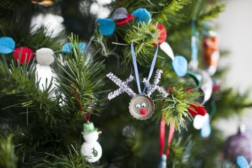 Addobbi natalizi con i tappi delle bottiglie, da makegreat.wordpress.com