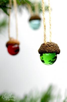Decorazioni natalizie con le ghiande, da rhythmsofplay.com