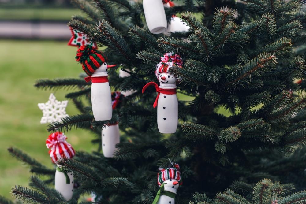 Decorazioni natalizie per l'albero con oggetti riciclati