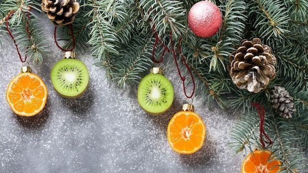 Decorazioni con verdure e frutta per l'albero di Natale
