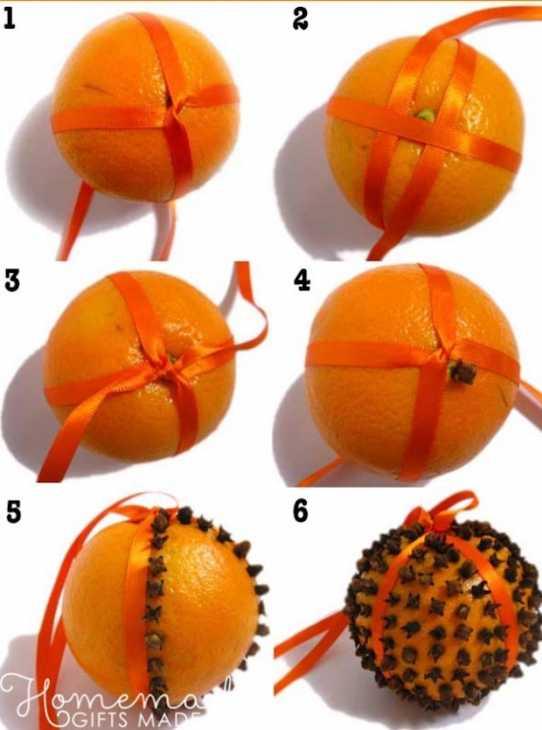 Palline natalizie con arance puntellate di chiodi di garofano, da homemade-gifts-made-easy.com
